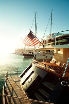 Usa flagge und yacht auf see, beginn der amerikanischen reise