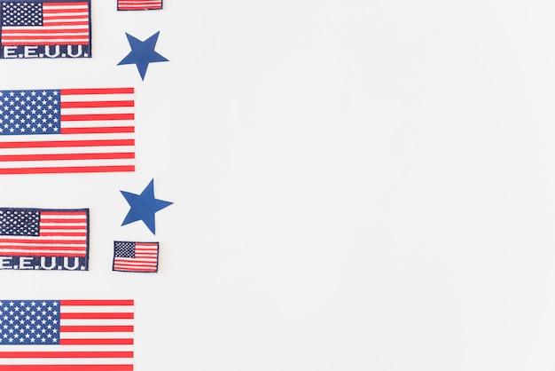 Usa-flaggen auf blauem hintergrund