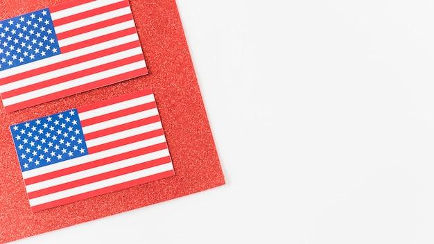 Usa-flaggen auf stück rotem samt