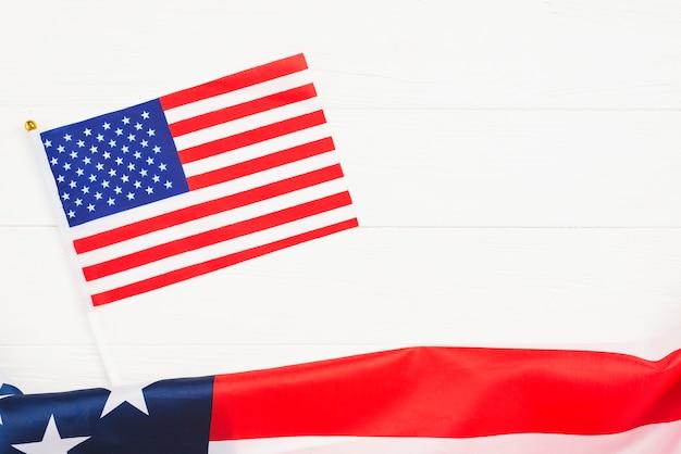 Usa-flaggen auf weißem hintergrund