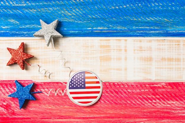 Usa-flaggenausweise und -sterne auf rot und blau malten hölzernen strukturierten hintergrund