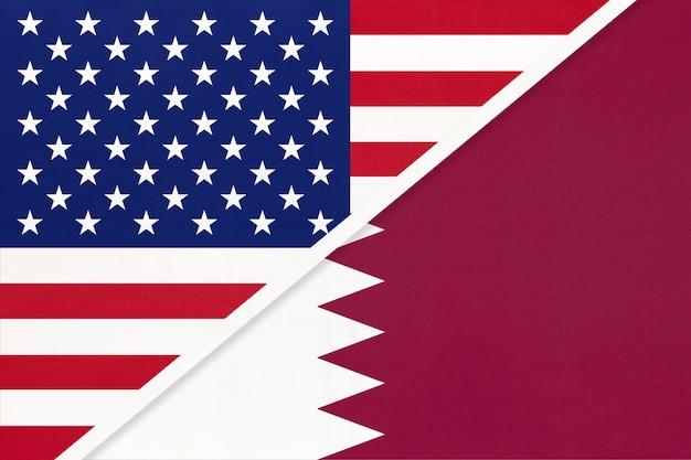 Usa gegen katar nationalflagge aus textil. beziehung zwischen zwei amerikanischen und asiatischen ländern.