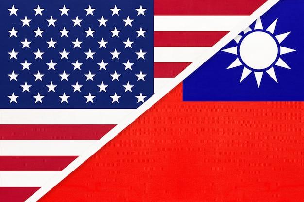 Usa gegen taiwan-staatsflagge vom gewebe. beziehung zwischen zwei amerikanischen und asiatischen ländern.