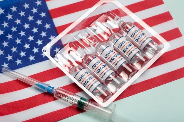 Usa-impfstoff gegen coronavirus-covid-konzept-impfstoffampullen vor dem hintergrund der pharmakologie und medizin der nationalflagge usa-konzept hochwertiges foto