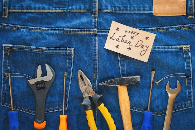 Usa labor day konzept. verschiedene arten an schraubenschlüsseln, handlichen werkzeugen, bastelanhänger.
