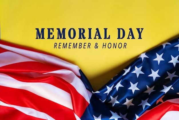 Usa memorial day und independence day konzept, flagge der vereinigten staaten von amerika auf gelbem hintergrund