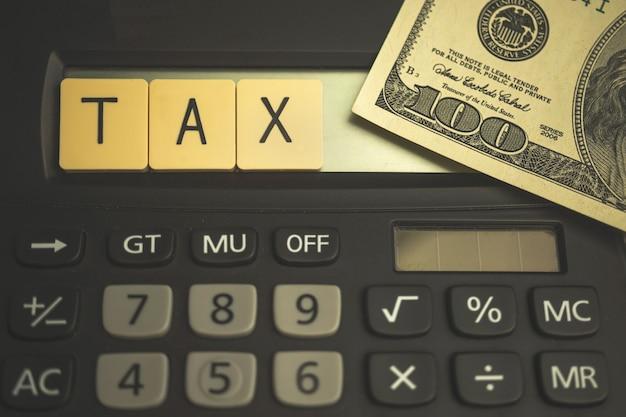 Usa tax saison mit holzklötzen und taschenrechner, business 1040 hintergrundfoto