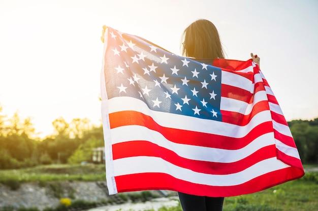 Usa-unabhängigkeitstagkonzept mit frau in der natur