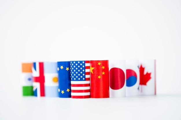 Usa und china flagge mit internationalen flaggen. es ist symbol für zollhandelskriegskrise