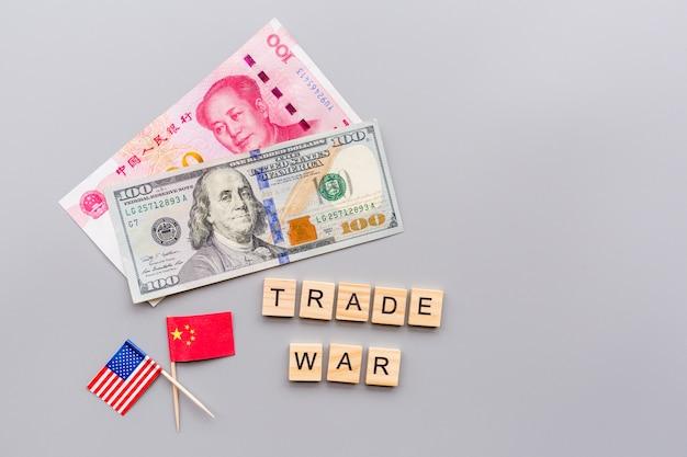Usa- und china-flaggen und bargeldamerikanischer dollar