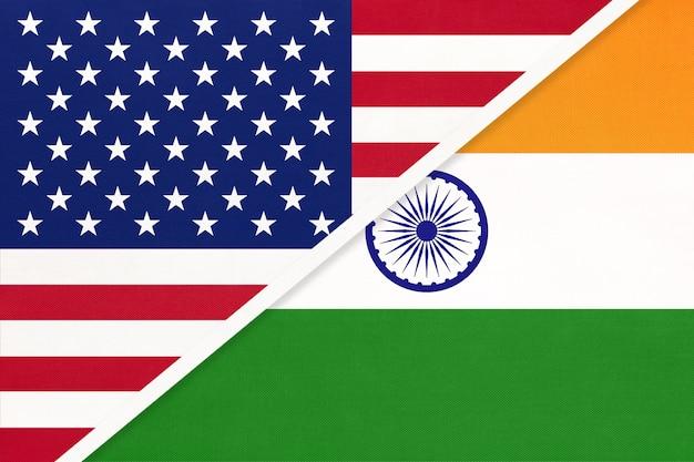 Usa vs indien nationalflagge aus textil. beziehung, partnerschaft zwischen zwei ländern.