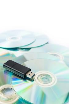 Usb-flash-laufwerke auf gestapelten cds isolieren auf weißem hintergrund.