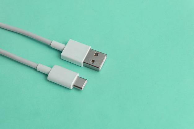 Usb-kabel typ c über blauem hintergrund