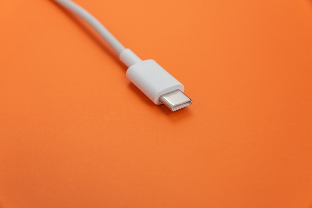 Usb-kabel typ c über orangem hintergrund