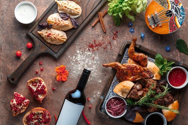 Usbekische manti mit rindfleisch, gegrilltem hähnchen und rindfleisch