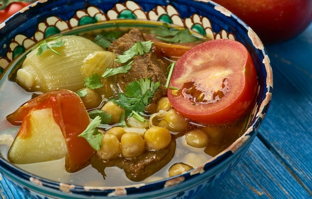 Usbekische nahot shurpa, suppe mit gemüse und kichererbsen, ansicht von oben. zentralasiatische küche