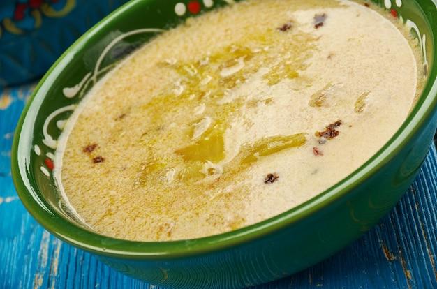 Usbekische suppe kakarum - gericht mit sauermilch und zwiebeln