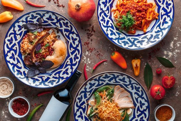 Usbekischer lammpilaf, lagman, salat mit rindfleisch