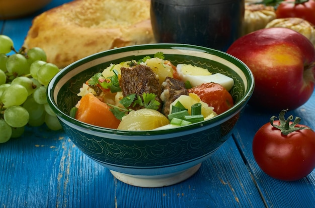 Usbekischer narhangi, eintopf mit gemüse und lamm traditionelle verschiedene gerichte, ansicht von oben. zentralasiatische küche