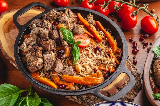 Usbekischer pilaw in einer gusseisernen pfanne.