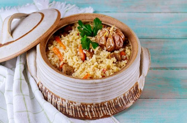 Usbekischer pilaw mit gemüse und fleisch.