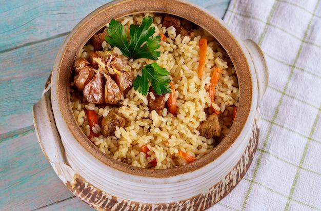 Usbekischer reis mit gemüse und fleisch.