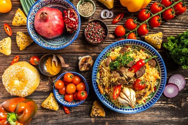 Usbekisches und zentralasiatisches küchenkonzept. verschiedene usbekische lebensmittel pilaw samsa lagman manti shurpa usbekisches restaurantkonzept usbekisches essen. hintergrund des lebensmittelrezepts.