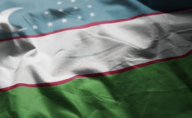 Usbekistan-flagge zerknittert nah oben