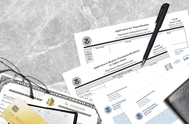 Uscis-formular i-485 antrag auf registrierung eines ständigen wohnsitzes oder anpassung des status und n-400-antrag auf einbürgerung mit zertifikat