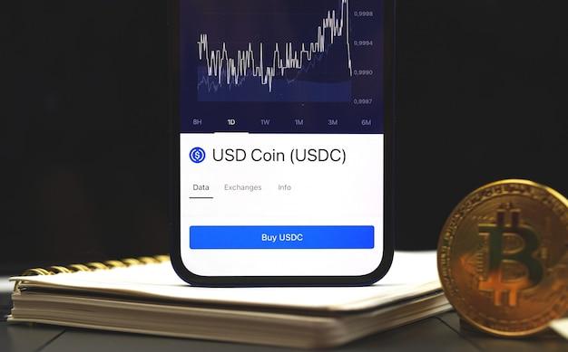 Usdc usd coin cryptocurrency geschäftshintergrund, kryptographen auf dem bildschirm des mobiltelefons