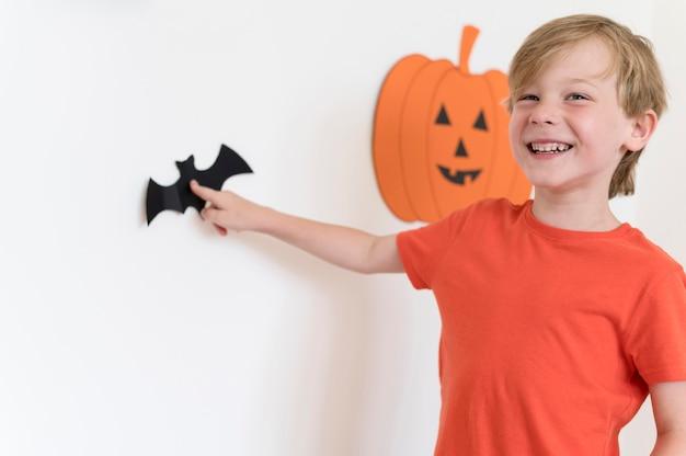 Ute junge mit halloween-konzept