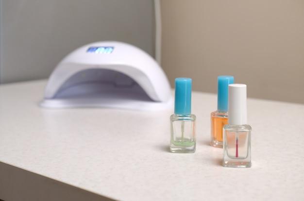 Uv-diodenlampen für nägel und kosmetischer nagellack für die maniküre