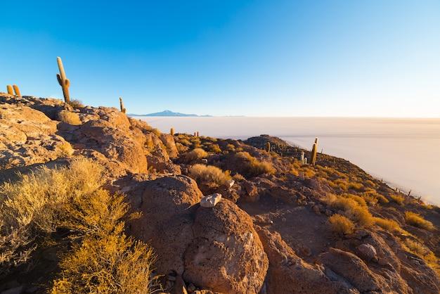 Uyuni salt flat bei sonnenaufgang, reiseziel in bolivien und südamerika.