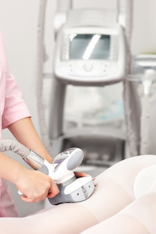 Vakuum massagegerät. körperbehandlung gegen cellulite.
