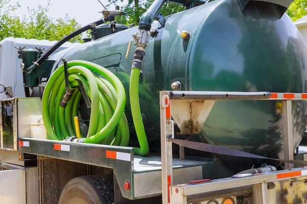 Vakuum-müllwagen auf dem reinigungsprozess tragbare bio-toilettenkabinen im bau