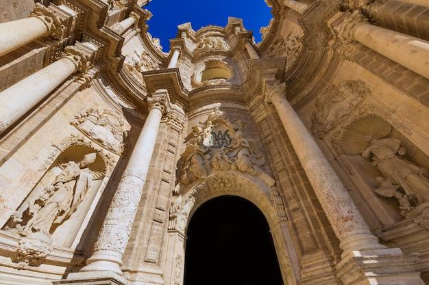 Valencia-kathedralentür in quadratischem spanien plaza de la reina