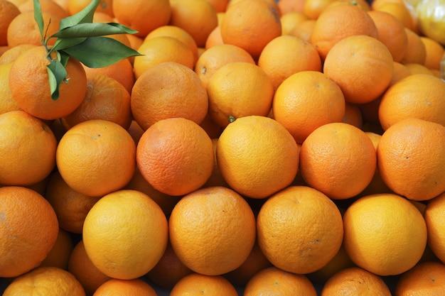 Valencia-orangen gestapelt auf markt