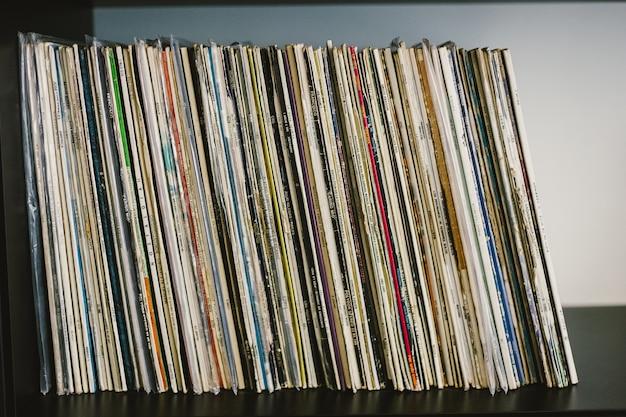 Valencia, spanien - 6. august 2018: alte musikalische vinyl-schallplatten.