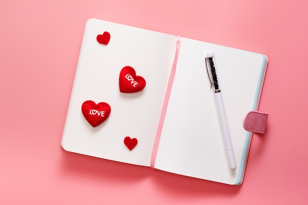 Valentine day-konzept, lieben täglich mit herzform auf rosa hintergrund