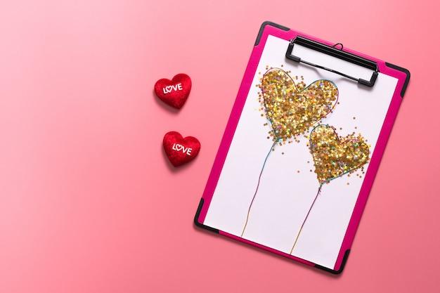 Valentine day-konzept, weiße anmerkung mit roten herzen auf rosa hintergrund