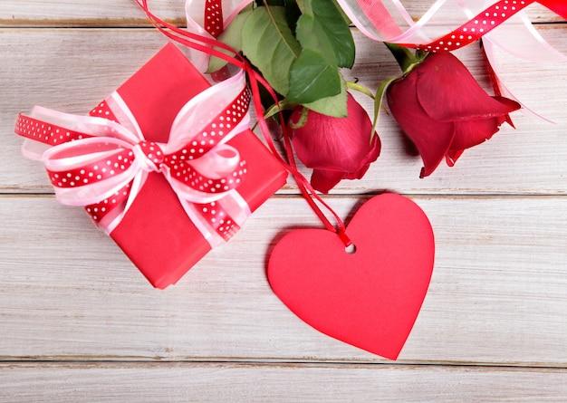 Valentine geschenk-box und herz-form-tag mit rosen
