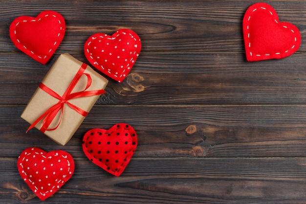Valentine geschenkbox mit roten herzen