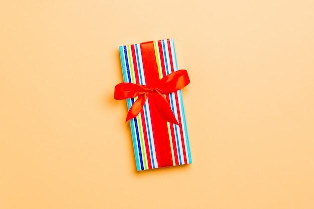 Valentine geschenkbox mit roter schleife