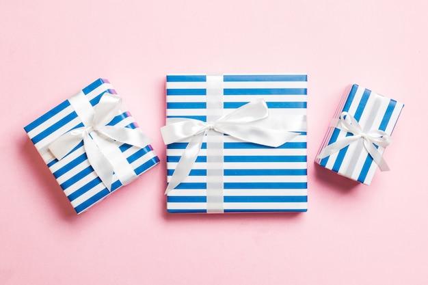 Valentine geschenkboxen mit weißen bögen