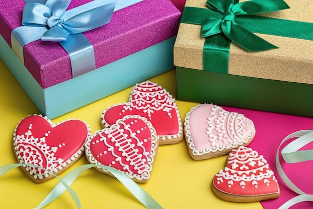 Valentine lebkuchen auf hellem hintergrund und geschenkboxen mit bändern.