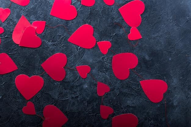 Valentine papierherzen. gestaltungselement für romantische grußkarte, hochzeitseinladung, frauentagespostkarte