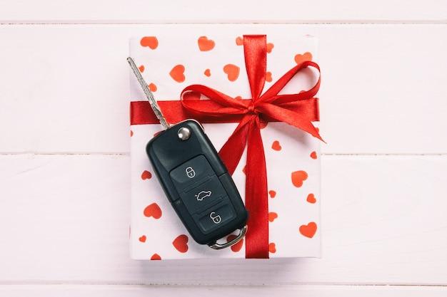 Valentinsgruß, geschenkbox in der feiertagsverpackung mit kopienraum