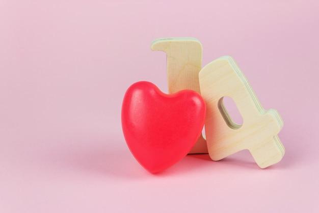 Valentinsgruß-konzept. valentinstag, 14. februar, holzzahlen und rotes herz, kopierraum.