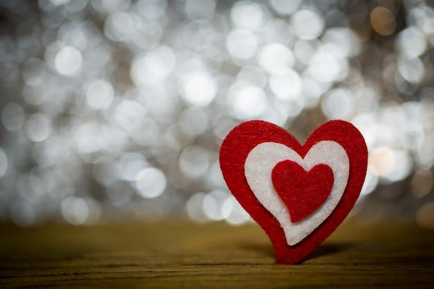 Valentinsgruß-tag mit herzen auf bokeh hintergrund