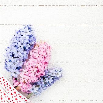 Valentinsgruß-tageshintergrund mit blumenstrauß von hyazinthen.